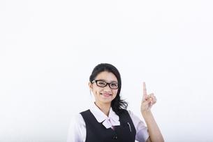指差しをするビジネスウーマンの写真素材 [FYI01165711]