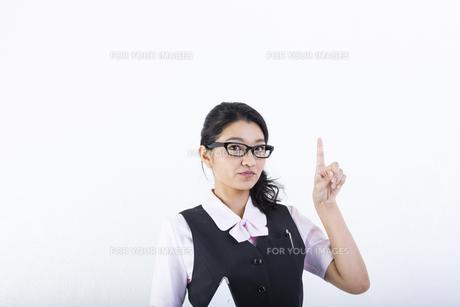 指差しをするビジネスウーマンの写真素材 [FYI01165712]