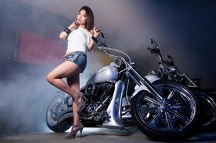 大型バイクと女性の写真素材 [FYI01165781]
