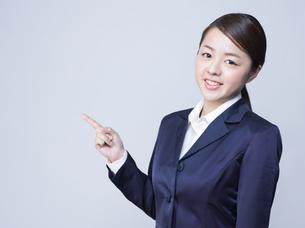 指をさす女性の写真素材 [FYI01165856]