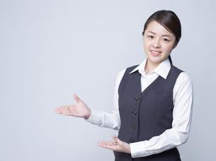 案内をする女性社員の写真素材 [FYI01165867]