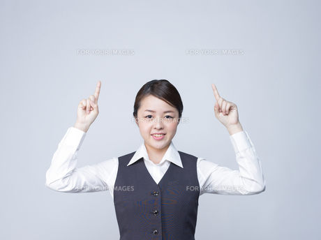 上を指差す女性社員の写真素材 [FYI01165868]
