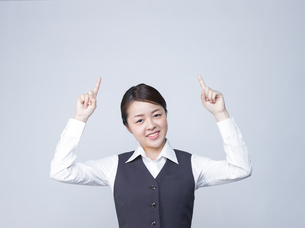 上を指差す女性社員の写真素材 [FYI01165869]