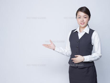 隣を指差す女性社員の写真素材 [FYI01165870]
