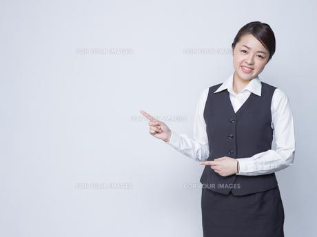 隣を指差す女性社員の写真素材 [FYI01165871]