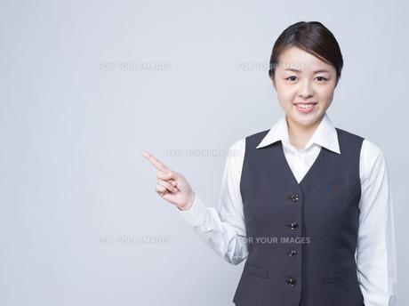 隣を指差す女性社員の写真素材 [FYI01165872]