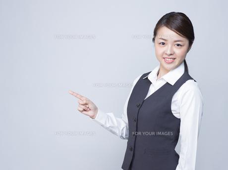 隣を指差す女性社員の写真素材 [FYI01165873]