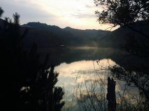 湖畔の写真素材 [FYI01165906]