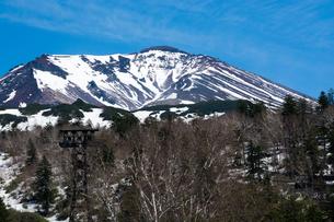 残雪の山頂 大雪山旭岳の写真素材 [FYI01166131]