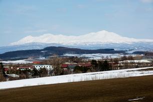 春の雪山と丘陵地帯の写真素材 [FYI01166132]