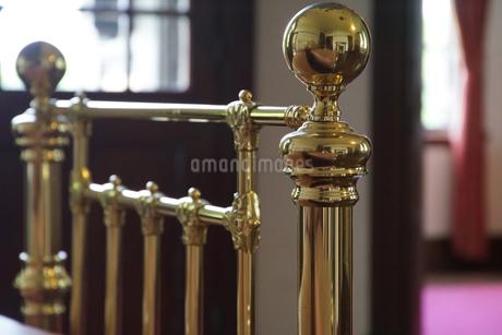 金色のパイプベッドの写真素材 [FYI01166171]
