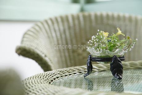 テーブルと花飾りの写真素材 [FYI01166176]