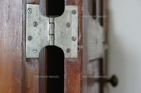 部屋の古い木製の扉の蝶番の写真素材 [FYI01166177]