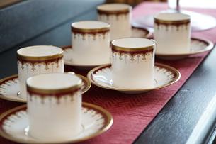 窓際のテーブルの上に置かれた飲物の食器の写真素材 [FYI01166182]