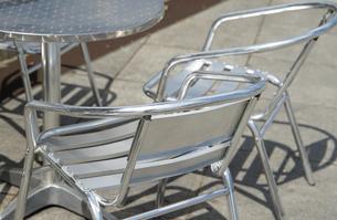 晴れた庭の金属のテーブルと椅子の写真素材 [FYI01166183]