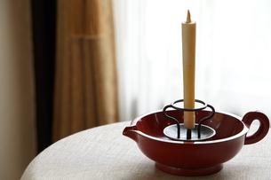部屋のテーブルの上のロウソクとろうそく立ての写真素材 [FYI01166186]