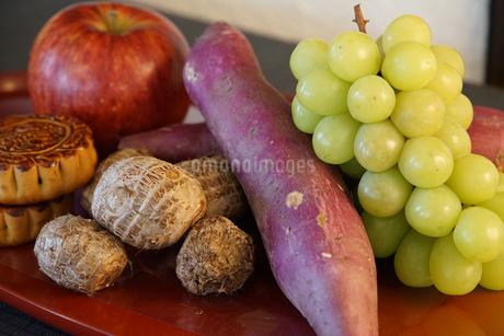 テーブルの果物や野菜の写真素材 [FYI01166187]