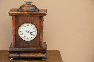 部屋の古い置時計の写真素材 [FYI01166189]