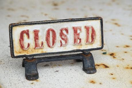CLOSED、閉店の立て札の写真素材 [FYI01166190]