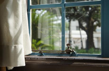 晴れた日の窓の光景の写真素材 [FYI01166192]