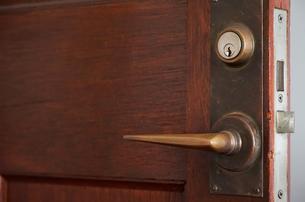 部屋の古い木製の扉の写真素材 [FYI01166193]
