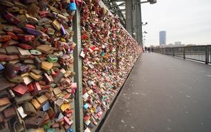 ホーエンツォレルン橋 ドイツ 鍵の写真素材 [FYI01166194]
