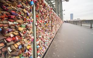 ホーエンツォレルン橋 ドイツ 鍵の写真素材 [FYI01166195]
