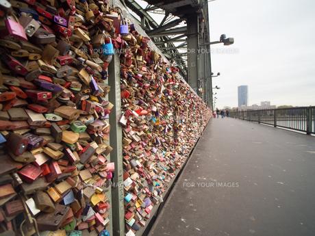 ホーエンツォレルン橋 ドイツ 鍵の写真素材 [FYI01166196]