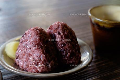 赤飯おにぎりの写真素材 [FYI01166276]