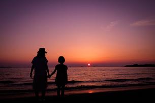 夕日を見つめる親子の写真素材 [FYI01166281]
