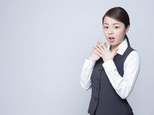 驚いた表情をする女性社員の写真素材 [FYI01166283]