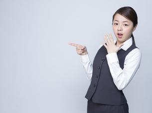 驚いた表情をする女性社員の写真素材 [FYI01166284]