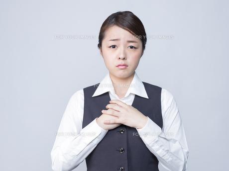 悲しげな表情をする女性社員の写真素材 [FYI01166287]