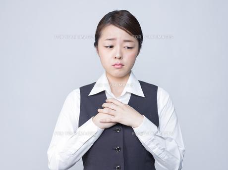 悲しげな表情をする女性社員の写真素材 [FYI01166288]
