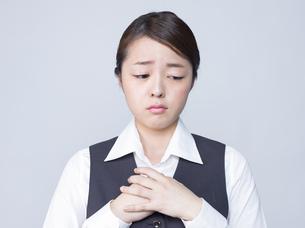 悲しげな表情をする女性社員の写真素材 [FYI01166289]