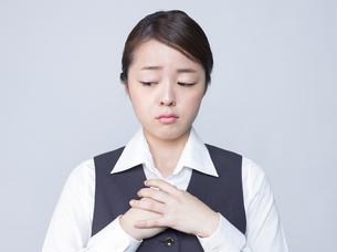 悲しげな表情をする女性社員の写真素材 [FYI01166290]