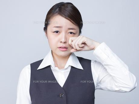 悲しげな表情をする女性社員の写真素材 [FYI01166291]
