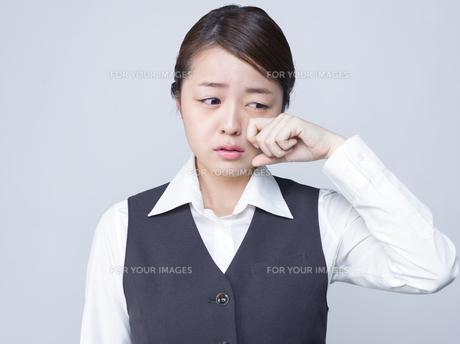悲しげな表情をする女性社員の写真素材 [FYI01166292]