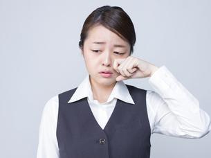 悲しげな表情をする女性社員の写真素材 [FYI01166293]