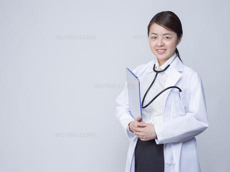 白衣を着た女性の写真素材 [FYI01166335]