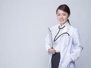 白衣を着た女性の写真素材 [FYI01166336]