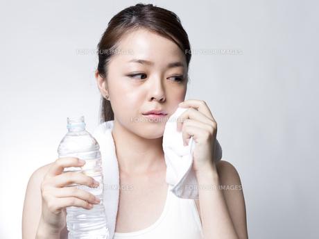 ペットボトルを手にした女性の写真素材 [FYI01166361]