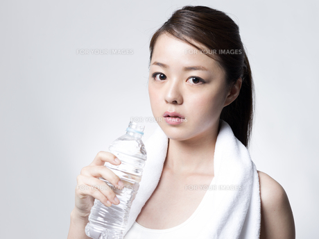ペットボトルを手にした女性の写真素材 [FYI01166363]