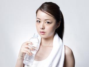 ペットボトルを手にした女性の写真素材 [FYI01166364]
