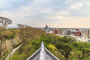 春の久保田城の御隅櫓からみた風景の写真素材 [FYI01166520]