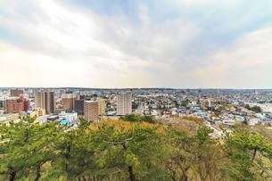 春の久保田城の御隅櫓からみた風景の写真素材 [FYI01166522]