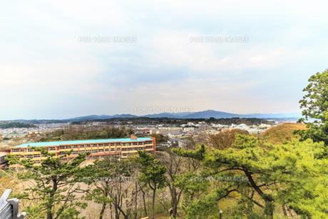春の久保田城の御隅櫓からみた風景の写真素材 [FYI01166523]