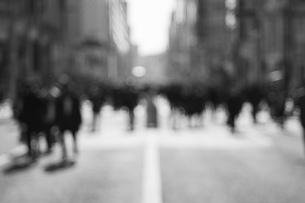 歩行者天国 アウトフォーカス モノクロの写真素材 [FYI01166606]