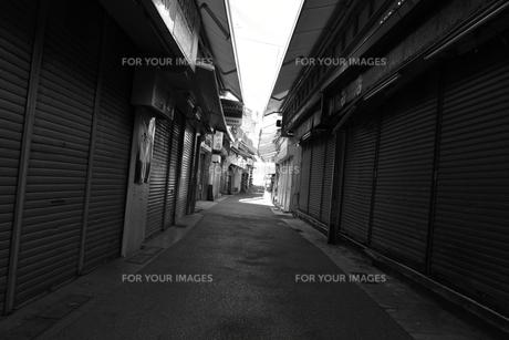 モノクロ商店街の写真素材 [FYI01166687]