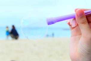 シャボン玉と海と親子の写真素材 [FYI01166689]